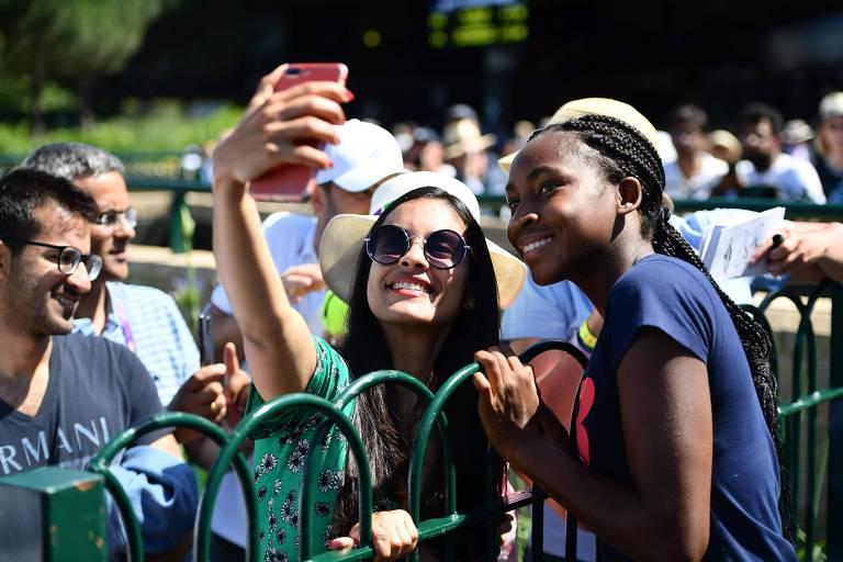 Cori Gauff posa para foto com fãs apos sessão de treinamento em Wimbledon
