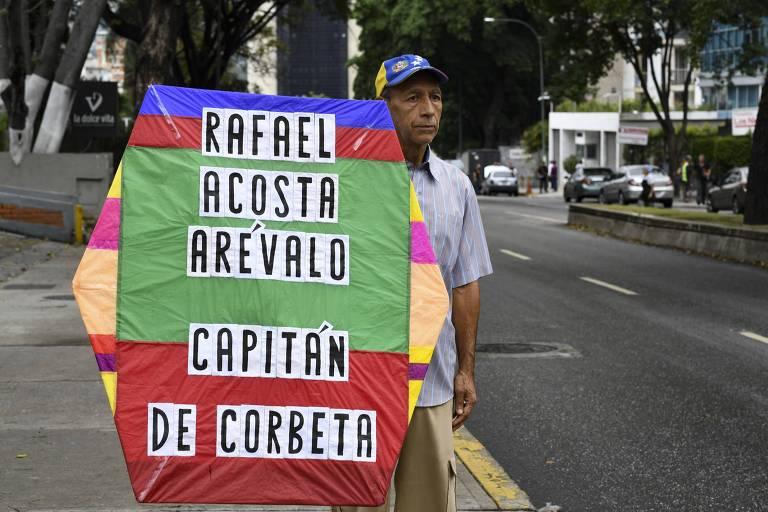 Manifestante segura placa em homenagem ao militar Rafael Acosta
