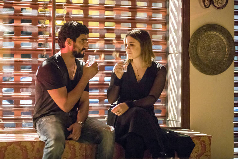 Dalila (Alice Wegmann) manipula Jamil (Renato Góes)l e forja noite de amor
