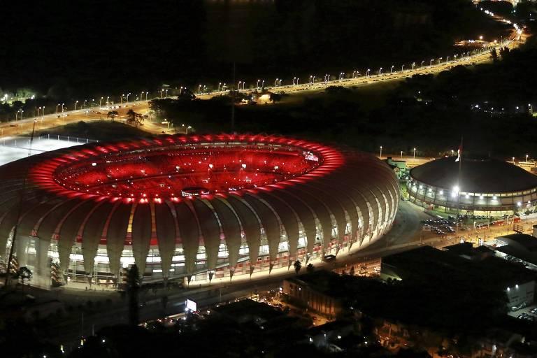Vista aérea do estádio do Beira-Rio à esquerda do ginásio Gigantinho