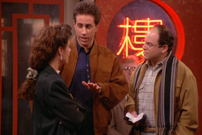 três pessoas em pé conversando