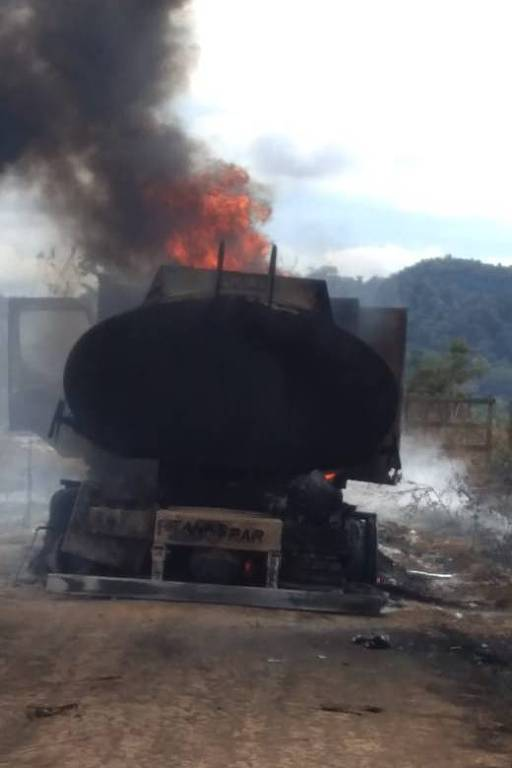 Um caminhão-tanque a serviço do Ibama foi incendiado por madeireiros nesta quinta-feira (4) perto da vila de Boa Vista do Pacarana, a 592 km a sudeste de Porto Velho