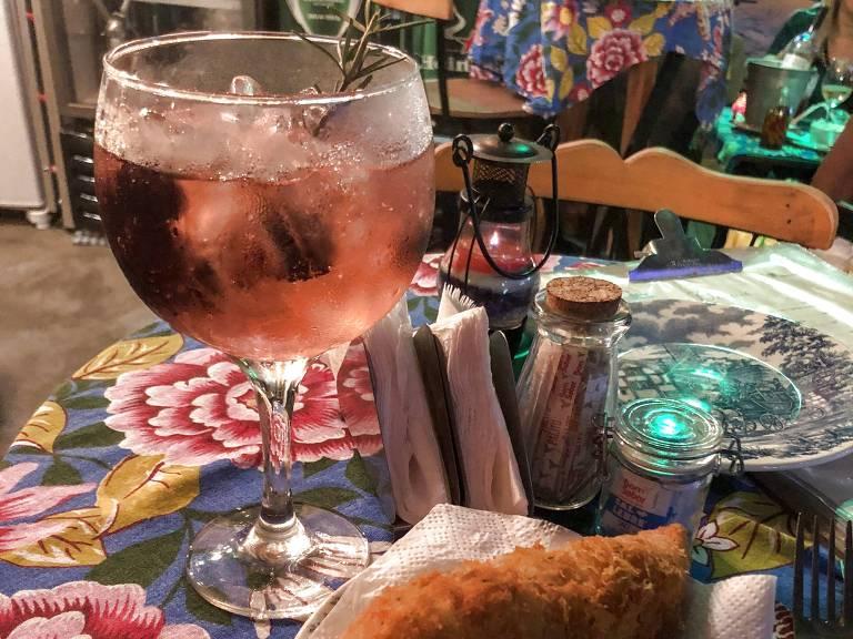 Bolinho de bacalhau e gim-tônica de amora do bar O Mirandês