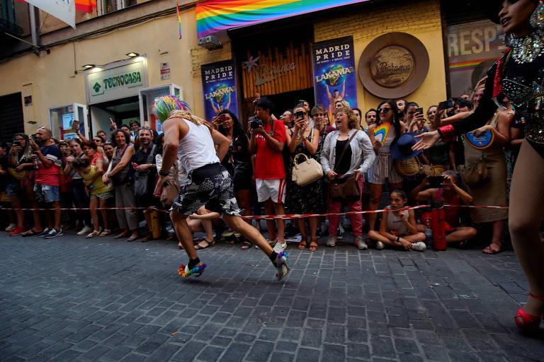 Corrida de salto alto durante celebrações do orgulho gay em Madri
