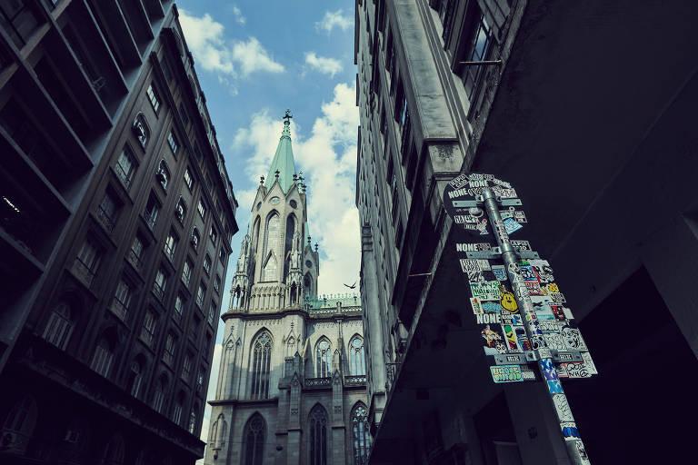 igreja atrás de placa