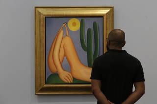 Visitante da exposição do Masp observa 'Abaporu', tela feita por Tarsila do Amaral
