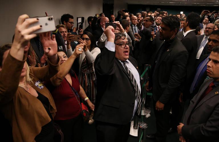 """Aos gritos de """"Bolsonaro traidor"""" e """"PSL traidor"""", policiais deixam o plenário da Comissão Especial da Previdência, após o destaque  que garantia mais direitos à categoria foi rejeitado"""