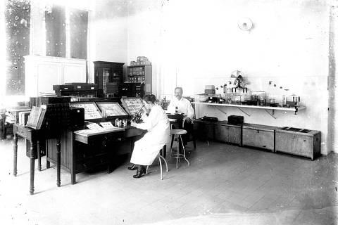 ORG XMIT: 535501_0.tif O cientista Adolpho Lutz em seu laboratório com a filha Bertha. (Acervo Casa de Oswaldo Cruz/Departamento de Arquivo/Reprodução de Roberto Jesus)