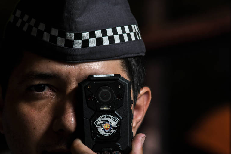 Soldado da Polícia Militar de São Paulo com seu distintivo