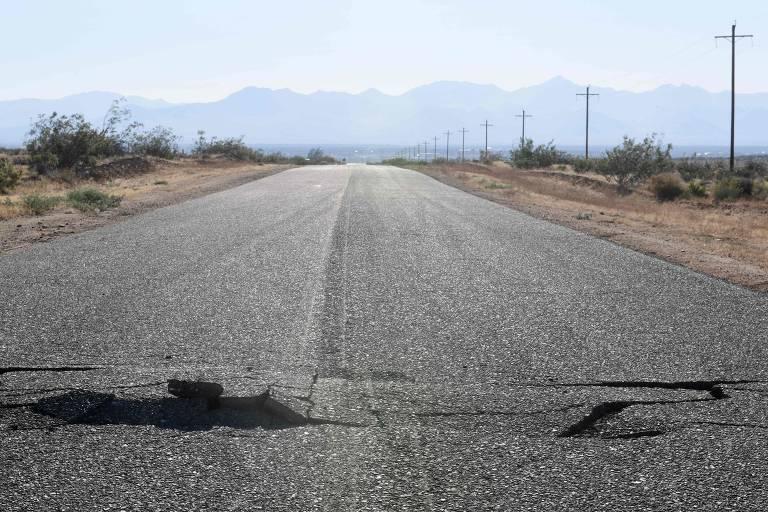 asfalto partido ao meio