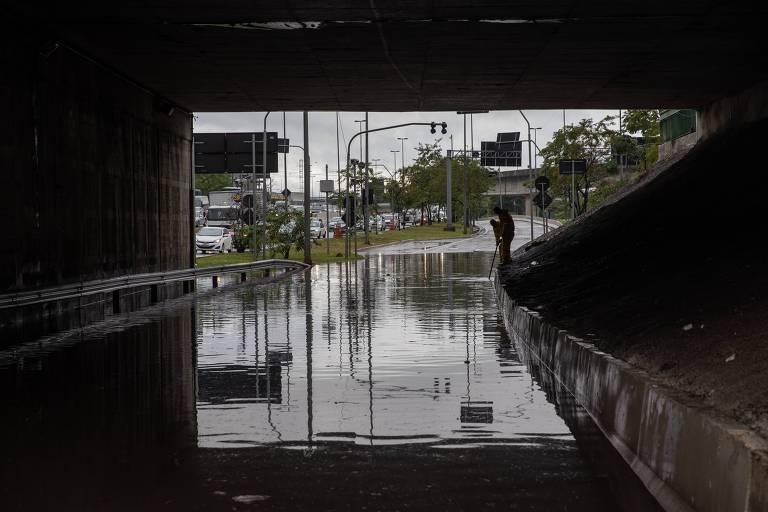 Chuva provoca alagamento na marginal Tietê