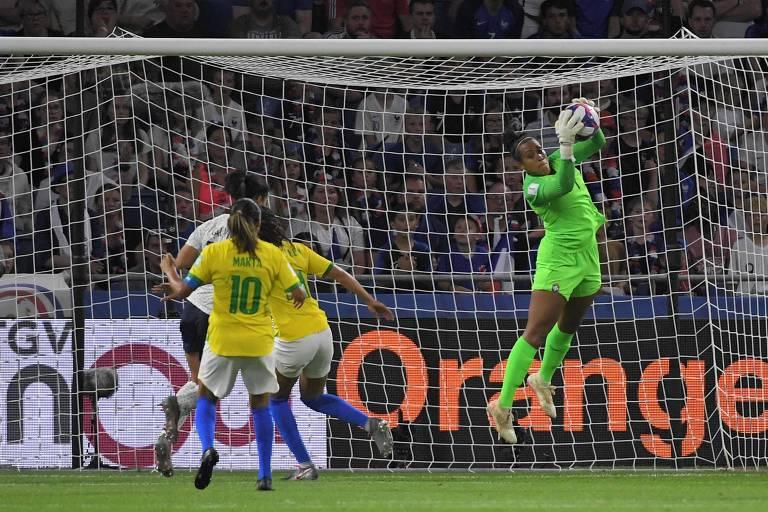 Bárbara (1,71 m), goleira da seleção brasileira, faz defesa durante a Copa do Mundo feminina de 2019