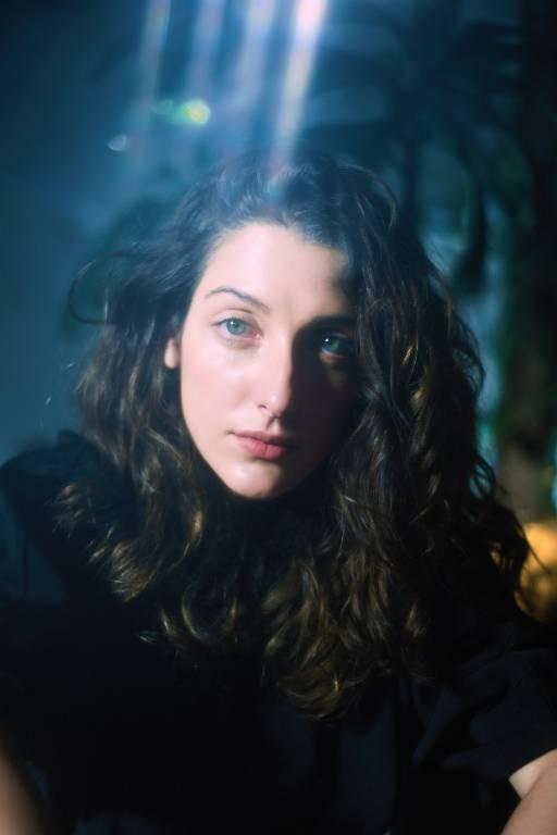 mulher de cabelos longos com reflexo no rosto