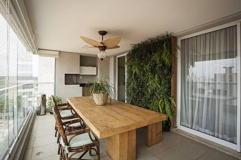Uma mistura de samambaia, orquídea e hera, todas adaptadas à meia-sombra, decora a varanda deste apartamento em São Paulo, em projeto da arquiteta Ieda Korman