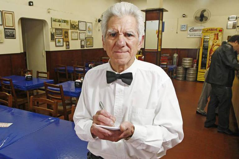 Nilson Costa da Silva, o Passarinho, garçom do Bar Manekos.