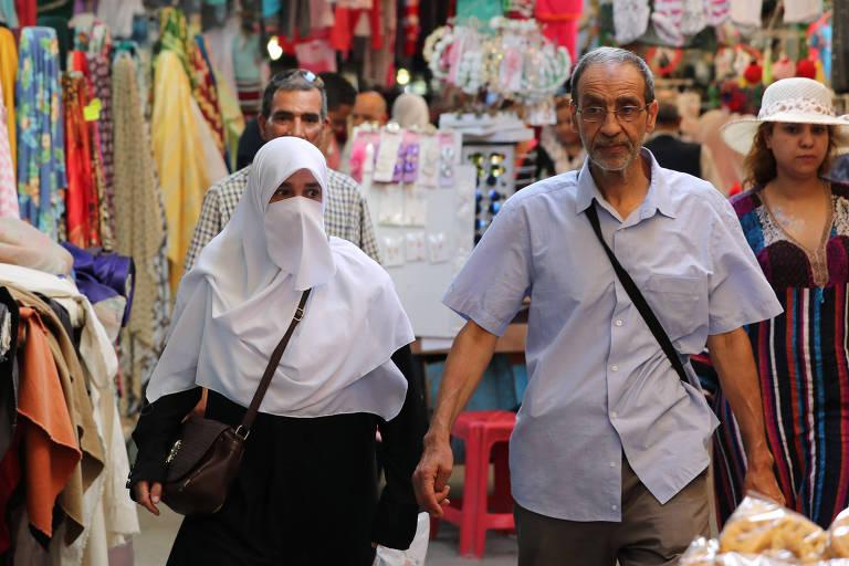 Mulher muçulmana coberta por um niqab na Cidade Velha em Túnis, na Tunísia
