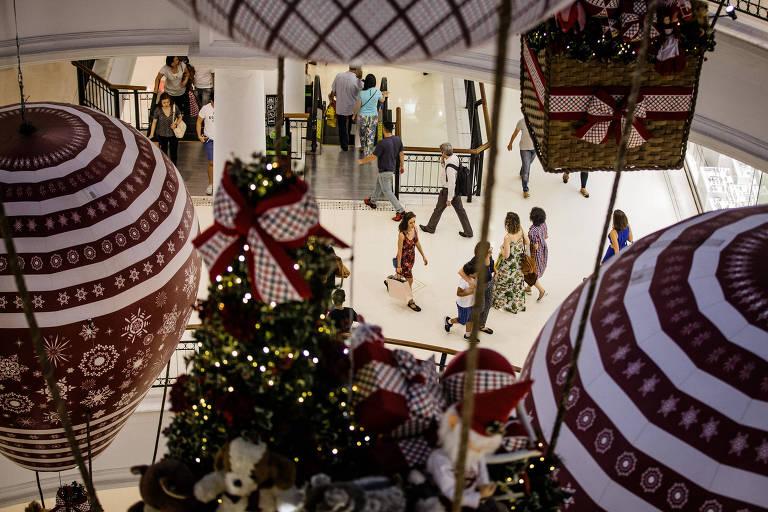 Consumidores fazem compras de natal no Shopping Higienópolis, zona oeste de São Paulo