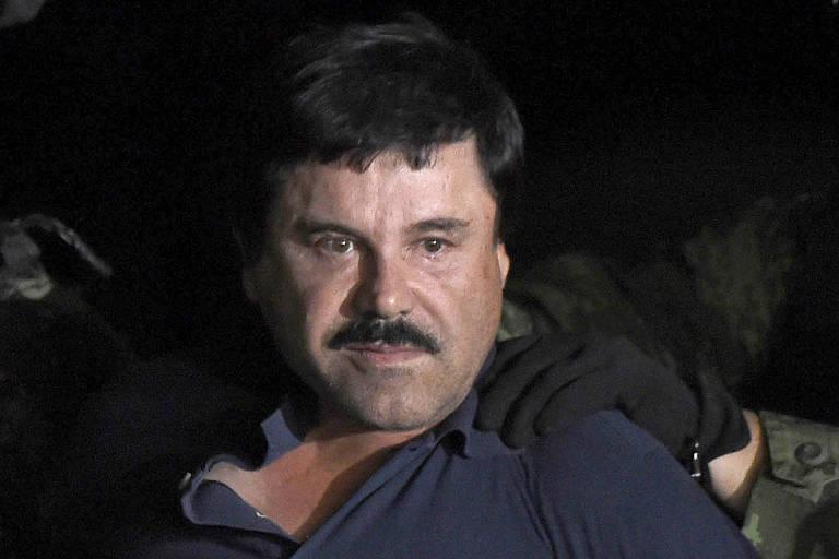 O chefe de cartel de drogas Joaquín 'El Chapo' Guzmán escoltado em aeroporto na Cidade do México