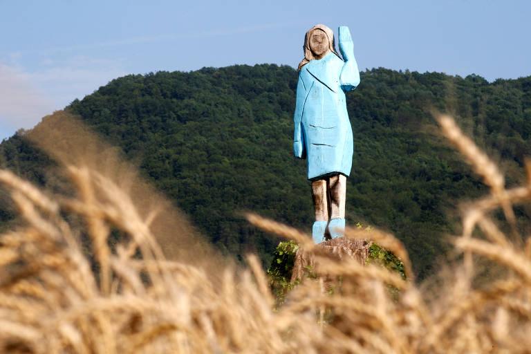 Estátua de madeira de Melania Trump