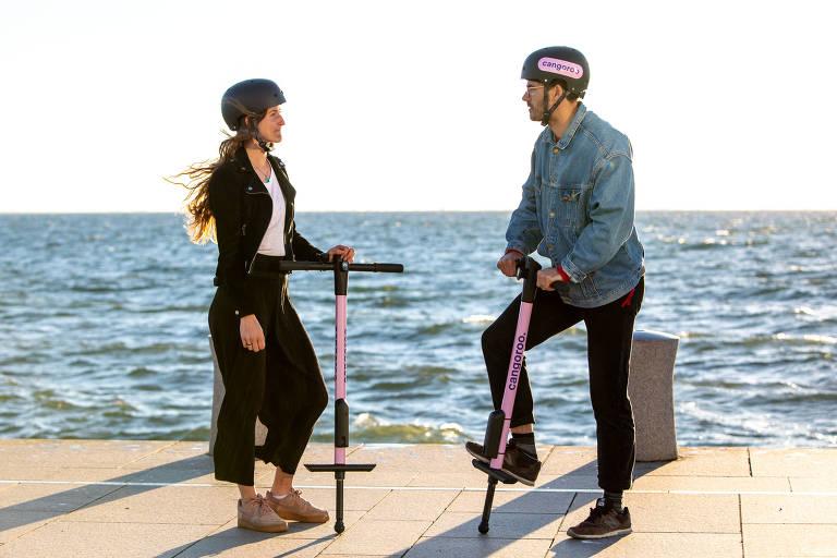 Homem e mulher com pula-pulas