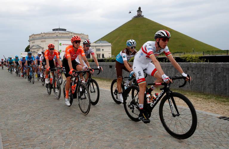 O pelotão, com o ciclista Daniel Martin, da UAE Team Emirates, passa por Waterloo