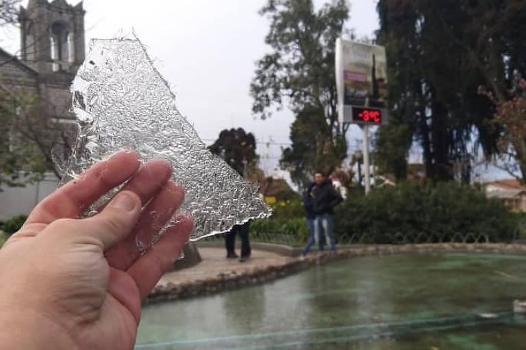 Gelo é visto em São Joaquim (SC) na manhã deste sábado