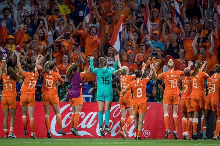 Jogadoras da Holanda comemoram vitória na semifinal da Copa do Mundo contra a Suécia