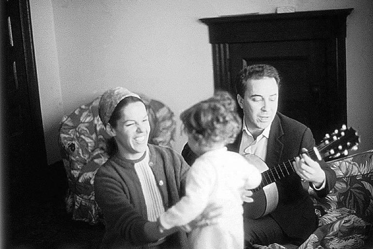 O cantor e compositor João Gilberto e a cantora Miúcha com a filha, Bebel Gilberto, na casa do casal em Nova Jersey em 1967