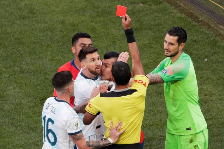 Messi recebe cartão vermelho na partida contra o Chile