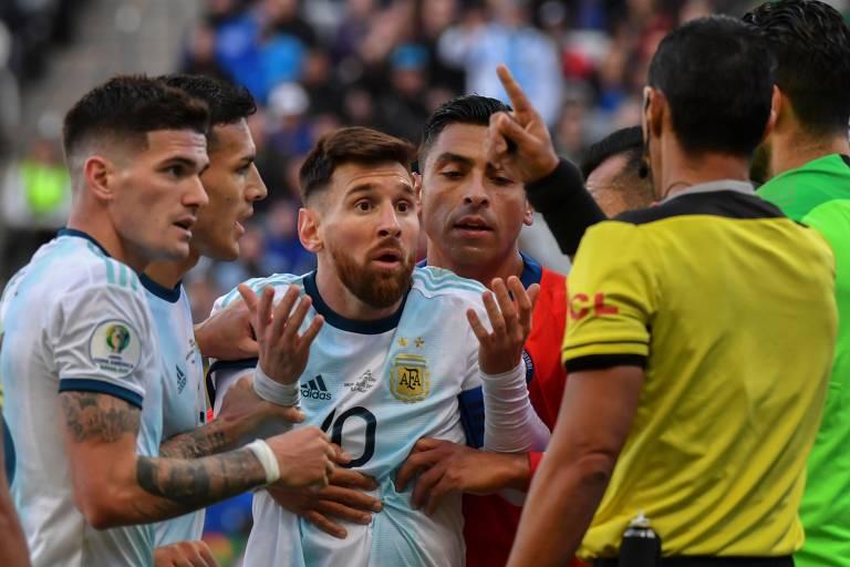 Indignado, Messi reclama com o juiz por sua expulsão