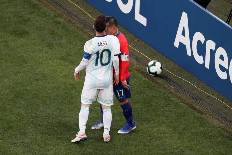 Messi, camisa dez e capitão da seleção da Argentina, peita Gary Medel, defensor chileno