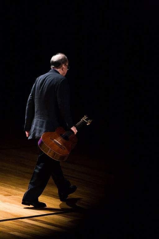 Cantor João Gilberto durante show no Auditório Ibirapuera, em São Paulo