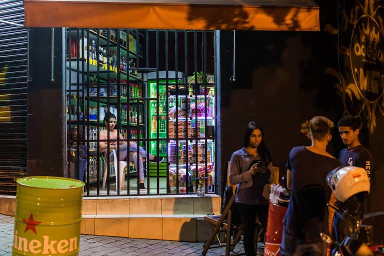 Adegas atrás de grades vendem bebidas na zona leste de São Paulo