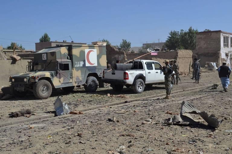 Equipe de segurança chega a local onde carro-bomba explodiu em Ghazni, no Afeganistão