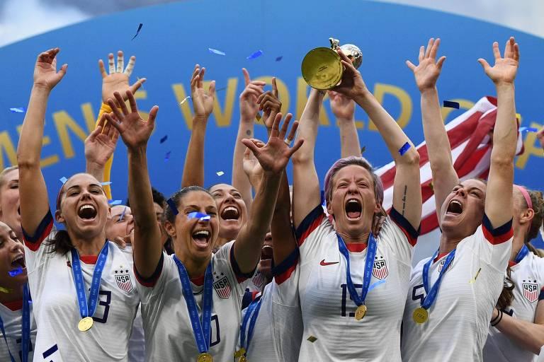 Jogadoras americanas erguem a taça de campeãs do mundo na França