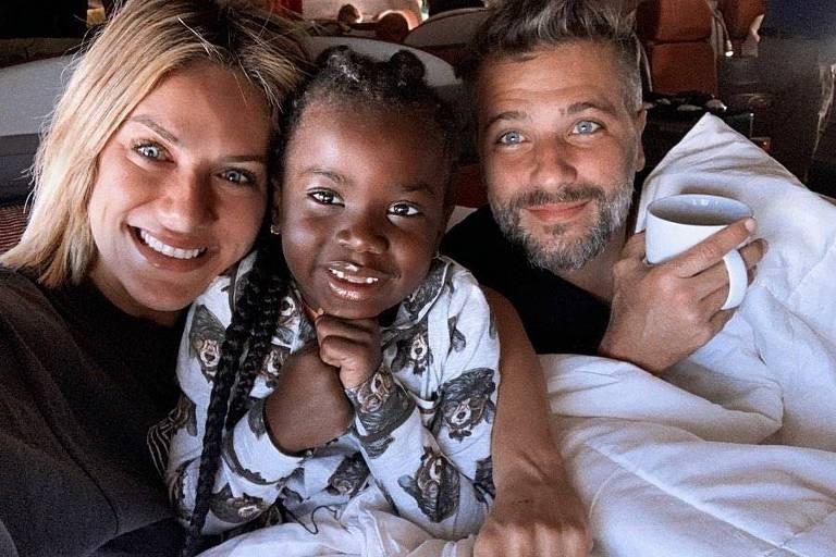 Giovanna Ewbank e Bruno Gagliasso levam Titi para conhecer a África