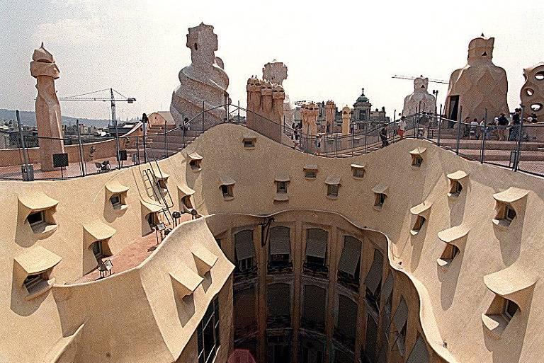 Telhado da Casa Milà, também chamada de La Pedrera, projetada por Antoni Gaudí, em Barcelona, Espanha