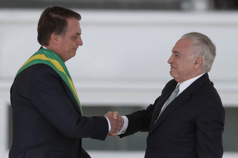 Bolsonaro recebe a faixa presidencial das mãos do presidente Michel Temer, no Palácio do Planalto