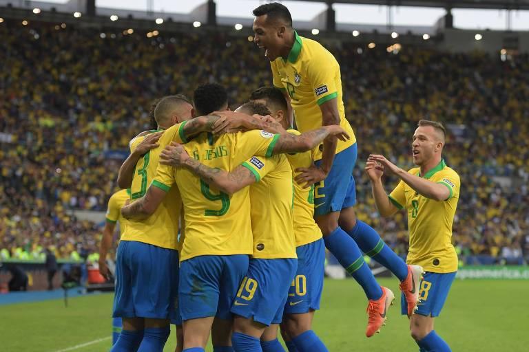 Everton comemora com companheiros da seleção gol marcado contra o Peru na final da Copa América