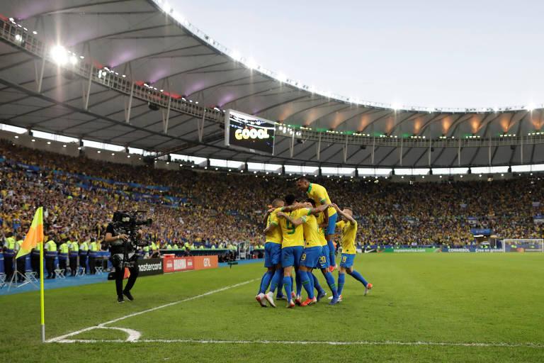 Jogadores do Brasil comemoram gol contra o Peru na final da Copa América