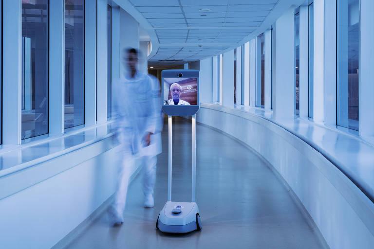 Robô conectado à medico transita por corredor do Hospital Israelita Albert Einstein em São Paulo.