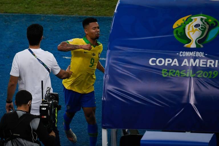 Após ser expulso na final da Copa América contra o Peru, Gabriel Jesus saiu da campo revoltado e empurrou o monitor do VAR na beira do gramado, que teve que ser segurado por um funcionário para não cair no chão.