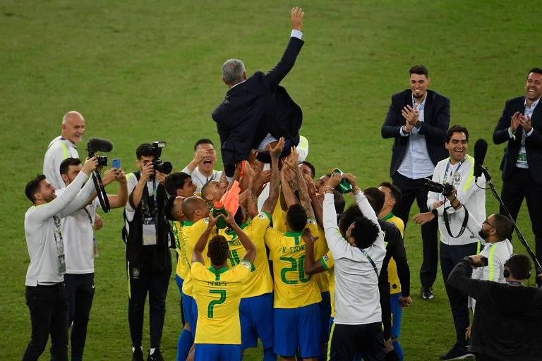 Tite é jogado para cima pelos jogadores brasileiros após a conquista da Copa América, no Maracanã