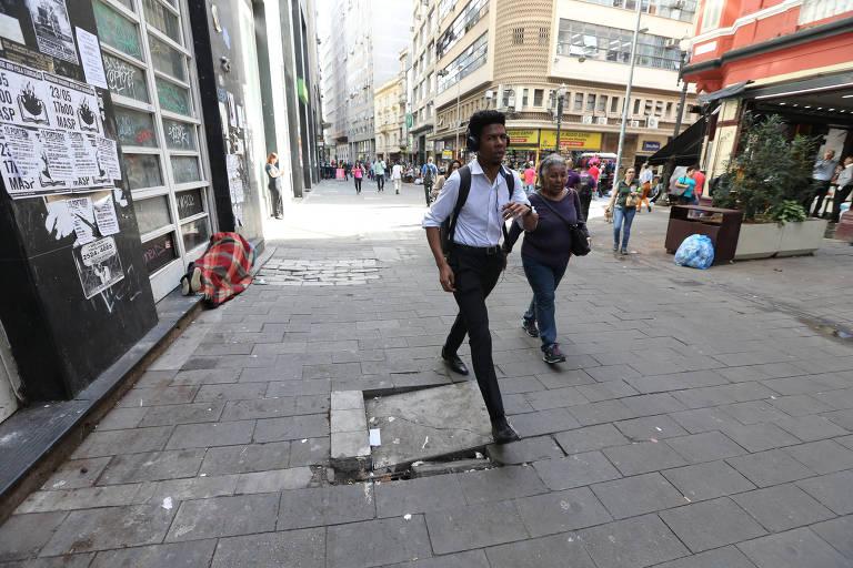 Calçadões do centro de São Paulo convivem com buracos de desníveis