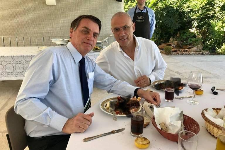 O presidente Jair Bolsonaro com Yossi Shelley durante almoço em Brasília; foto foi divulgada com borrões sobre os alimentos