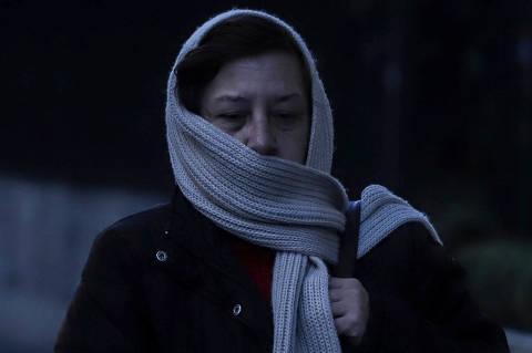 (190708) -- SAO PAULO, 8 julio, 2019 (Xinhua) -- Una mujer camina durante una mañana fría en Sao Paulo, Brasil, el 8 de julio de 2019. De acuerdo con el Instituto Nacional de Meteorología (INMET, por sus siglas en inglés), en los días recientes Sao Paulo ha alcanzado las temperaturas más bajas para julio en seis años. De acuerdo con información de la prensa local, cinco personas sin hogar han sido encontradas muertas en los últimos días y se sospecha que la causa de las muertes se relaciona con las bajas temperaturas. (Xinhua/Rahel Patrasso) (rp) (rtg) (ah)