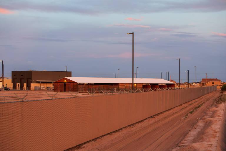 fachada do centro de detenção