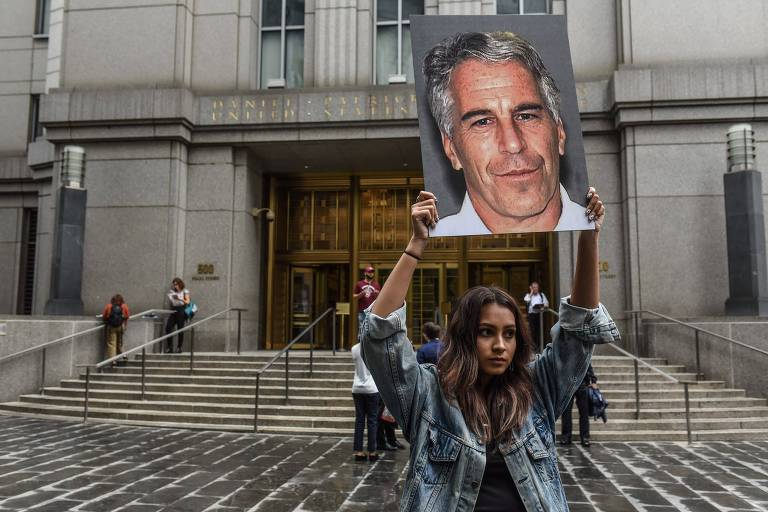 Mulher protesta com cartaz com retrato de Jeffrey Epstein em frente a corte federal em Nova York