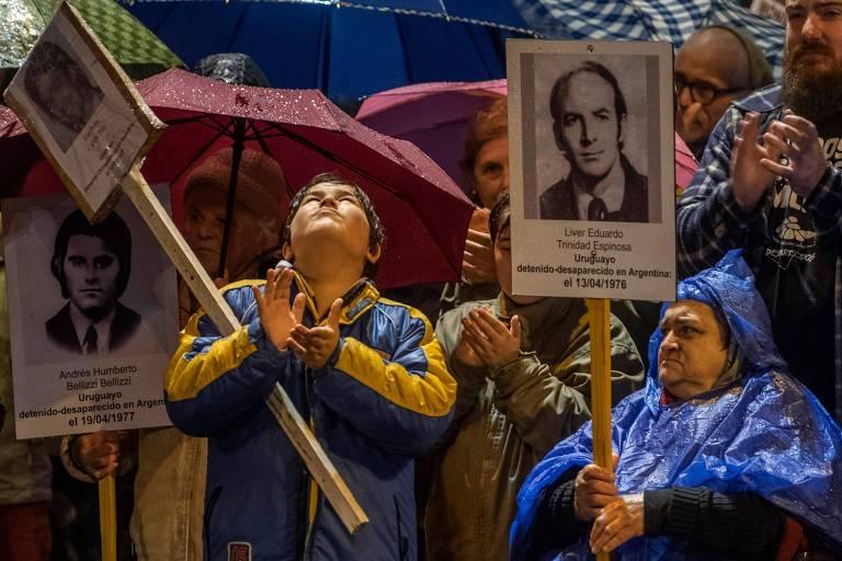 Manifestantes em Montevidéu durante Marcha do Silêncio em memória de desaparecidos durante ditadura militar no Uruguai