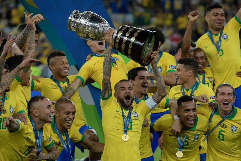 Daniel Alves ergue a taça da Copa América no estádio do Maracanã